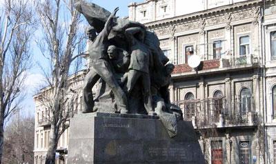 Эконом памятник Волна в камне Площадь Революции Прямоугольный вертикальный памятник Калязин
